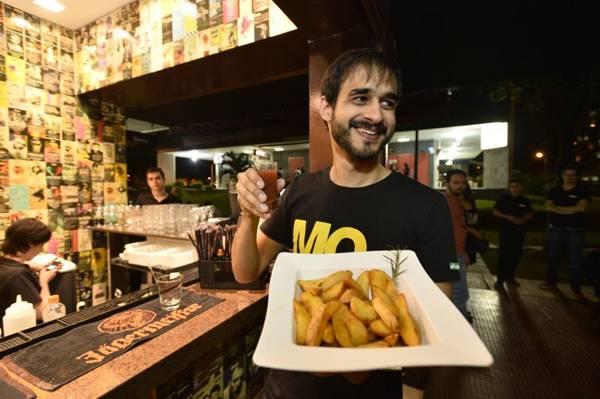 Spot se rendeu às batatas rústicas do 5uinto Bar  (Daniel Ferreira/CB/D.A Press)