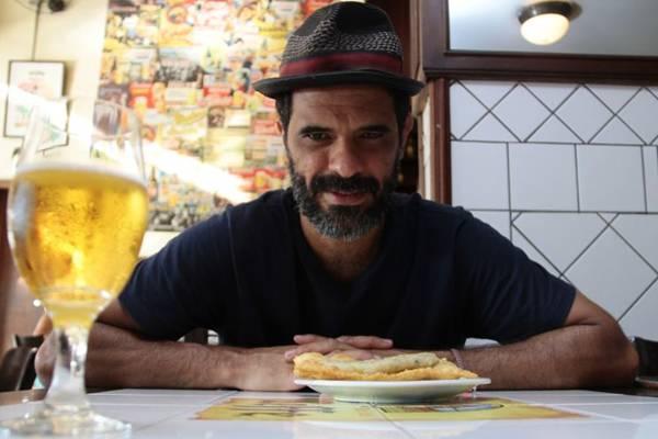 Renato Fino vai ao Bar do Mercado pelo pastel de bacalhau  ( Ana Rayssa/Esp. CB/D.A Press)