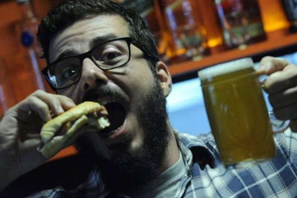 Gabriel Góes não deixa de comer o sanduíche de berna do Stadt Bier (Carlos Vieira/CB/D.A Press)