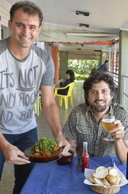 Marcelo Rosa de Lima (em pé) e DJ Barata no Bar das Codornas, onde o pescoço de peru ao molho pomodoro é vedete ( Marcelo Ferreira/CB/D.A Press)
