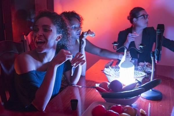 Nada de palco: a produção preferiu encenar o espetáculo em uma casa  (Joana França/Divulgação)