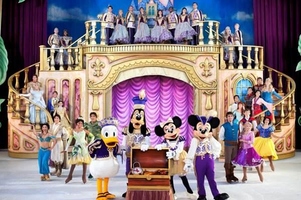 O público é levado ao País das Maravilhas por Alice (Feld Entertainment/Divulgação)