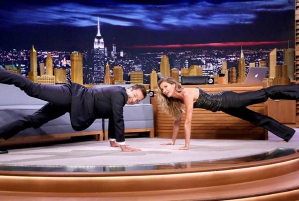 Jimmy Fallon e a modelo brasileira Gisele Bündchen fizeram exercícios de ioga (Jimmy Fallon/Reprodução)