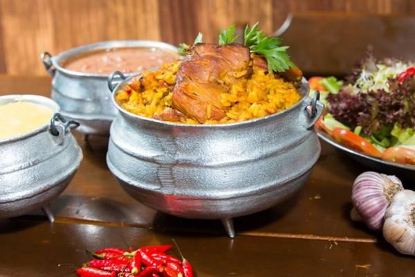 A galinhada servida no D'Lurdes é um prato com cara de comida de fazenda  (Rener Oliveira/Divulgação)