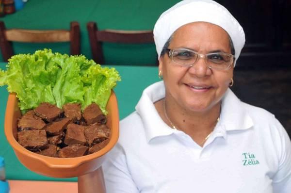 Tia Zélia e a carne assada, atração às terças no restaurante da Vila Planalto  (Antonio Cunha/Esp. CB/D.A Press)