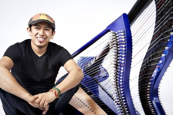 Edmar Castañeda: 'A harpa é como um piano. Com a mão esquerda faço o baixo, com a direita, a harmonia' (Diana Bejarano/Divulgação)