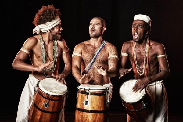 Diogo Nogueira (ao centro) estreia como ator na cadência do ritmo que o consagrou (Guto Costa/Divulgação)