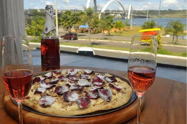 Pizza de sorvete com farofa crocante e pétalas de rosas, do restaurante Avenida Paulista (Minervino Junior/CB/D.A Press)