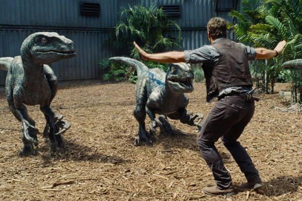 Owen luta para dominar os assustadores dinossauros  (Universal Pictures/Divulgação)