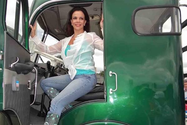 A boleia do caminhão era um lugar que Sula Miranda se sentia à vontade na telinha  (SBC Brasil/Reprodução)