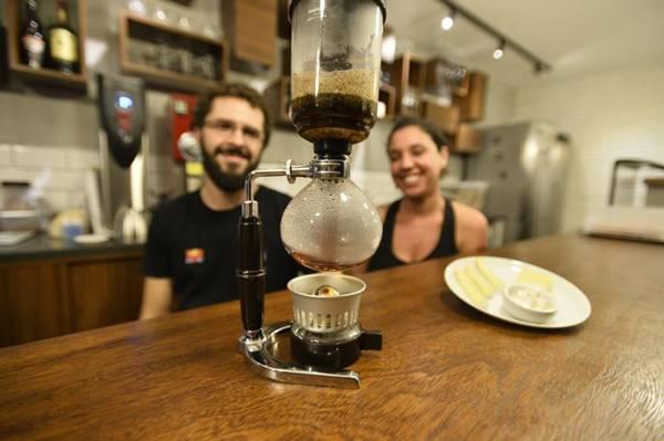 Vitor Ávila e Heloísa Checheliski preparam café no sifão (Daniel Ferreira/CB/D.A Press)