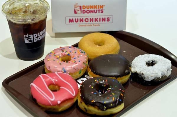 Açucaradas, as rosquinhas do Dunkin' Donuts vêm em embalagem especial para viagem, ideal para degustar ao ar livre  (Marcelo Ferreira/CB/D.A Press)