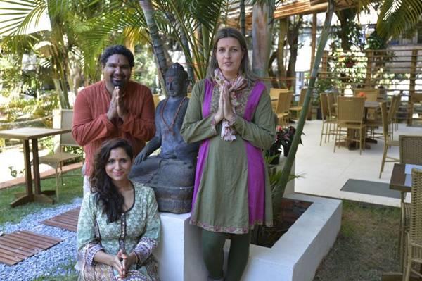 Nina Carniel e Arjun Khajuria à frente de uma grande equipe no Ashram  (Gustavo Moreno/CB/D.A Press)