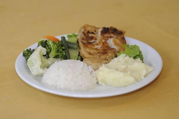 O filé de badejo servido no Antique é uma opção de almoço rápido (Carlos Moura/CB/D.A Press)
