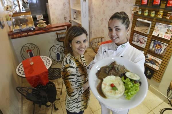 A chef Larissa Cordeiro e a proprietária Loraine Lima apresentam o bife ao molho de anchovas, arroz piemontese e salada verde  (Gustavo Moreno/CB/D.A Press)