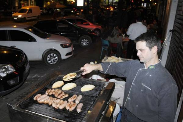 O Parrilla Madrid (esq.) e a chef Mara Alcamim (dir.) foram os primeiros a apostar na comida na calçada (Carlos Moura/CB/D.A Press)
