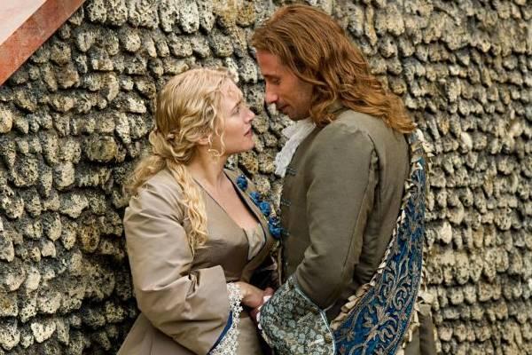 Sabine e André se aproximam durante a criação dos jardins do Palácio dos Versalhes  (Imagem Filmes/Divulgação)