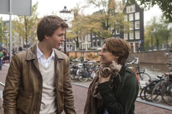 Augustus e Hazel se aproximam ao ter que lidar com câncer  ( Fox Film/Divulgação)