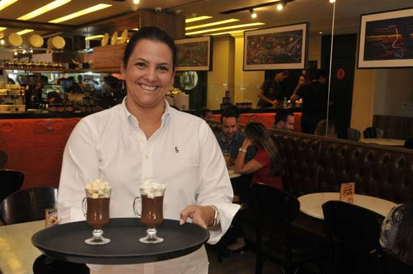 Ana Beatriz Arcoverde turbina o chocolate quente com marshmallow (Antonio Cunha/CB/D.A Press)