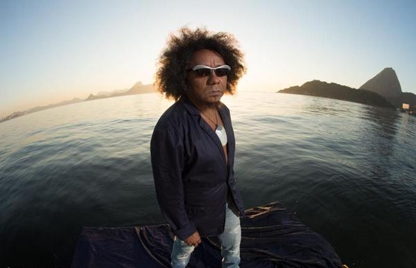 Chico César gosta de tocar em festivais porque encontra artistas de todo o Brasil (Marcos Hermes/Divulgação)