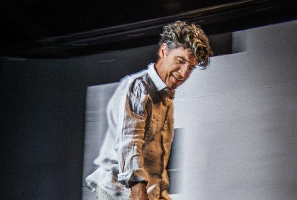 O ator encara o palco sozinho por quase duas horas (Mauro Kury /Divulgação)