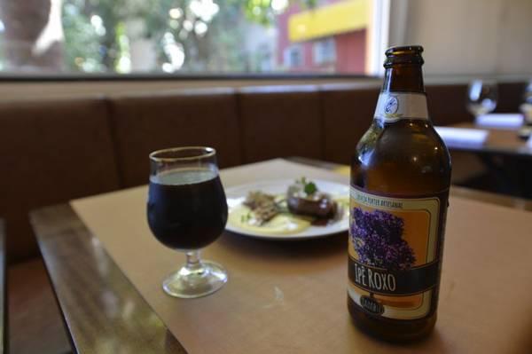 A cerveja escura aparece nas taças e no prato do restaurante Jambu  ( Gustavo Moreno/CB/D.A Press)
