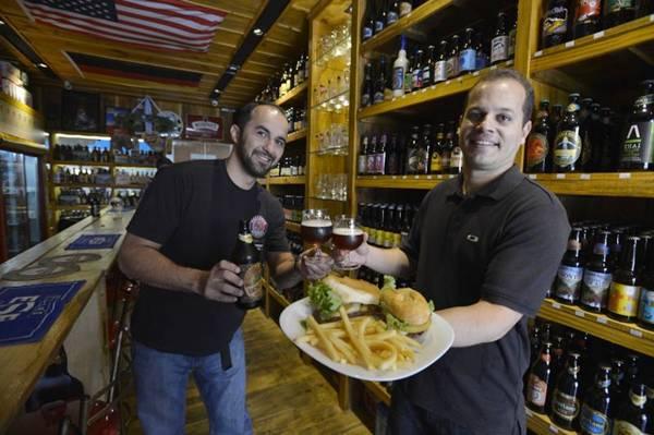 Bebida nacional com castanha-do-Pará mais sanduíche de filé-mignon: boa pedida na Camberra Cervejas Especiais (Gustavo Moreno/CB/D.A Press)
