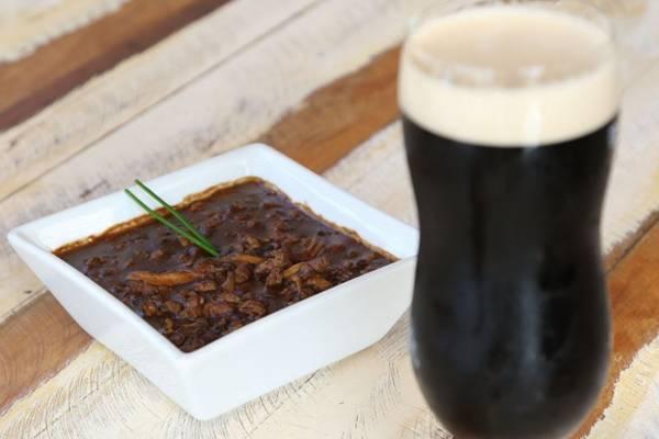 A cerveja escura casa bem com o tempero apimentado do filé com shitake picante (Rodrigo Nunes/Esp. CB/D.A Press)