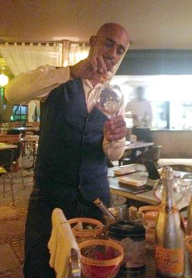 O experiente barman Ronaldo Gonçalves prepara novos drinques (Liana Sabo/CB/D.A Press)