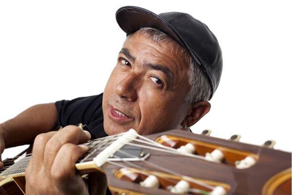 Edvaldo Santana aposta na mistura de blues, folk, reggae e salsa para comemorar 40 anos de carreira (Edson Kumasaka/Divulgação)