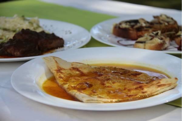 Crepe suzette fica bem se combinado a outros preparos tradicionais, como o filé au poivre (Ana Rayssa/Esp. CB/D.A Press)