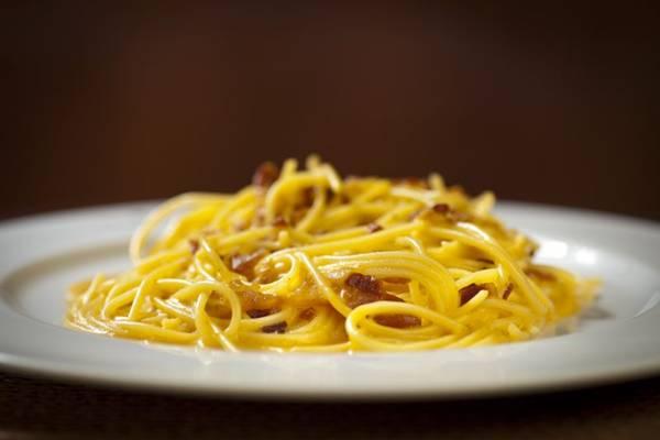 Espaguete à Carbonara (foto),Polpetone assado e Bucatini cacio e pepe: novo menu no Gero (Zé Carlos Barretta/Divulgação)