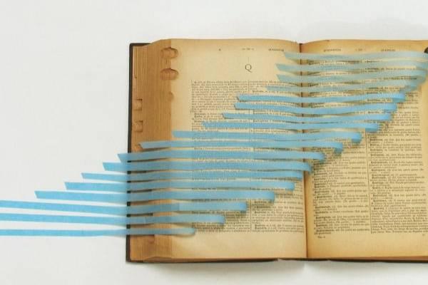 Os livros servem de objetos às instalações de Luciana Paiva  (Luciana Paiva/Divulga??o)