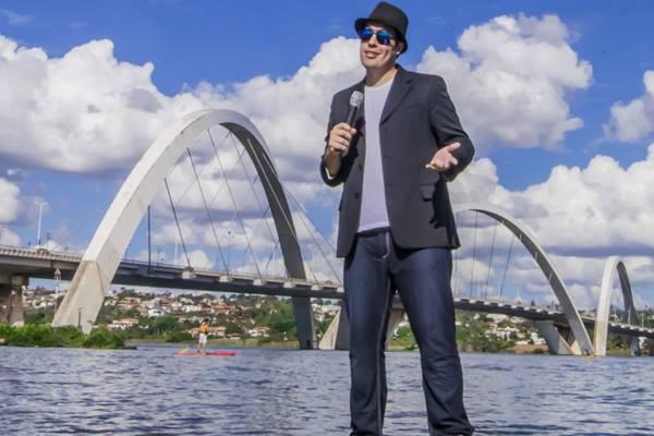 Conhecido do público local pelo Melô do DF, TJ Fernandes estreia stand up solo  (Sartory/Divulgação)