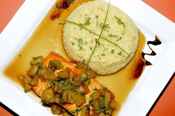 Salmão ao molho de abacaxi com risoto de quinoa: prato proteico e com pouco carboidrato