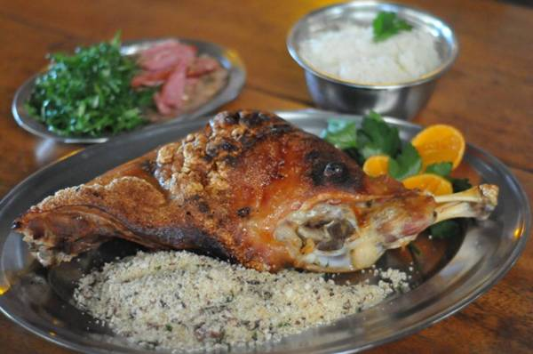 Porção farta: um quarto de leitoa à pururuca é servida no Araratuba  (Edy Amaro/Esp. CB/D.A Press)