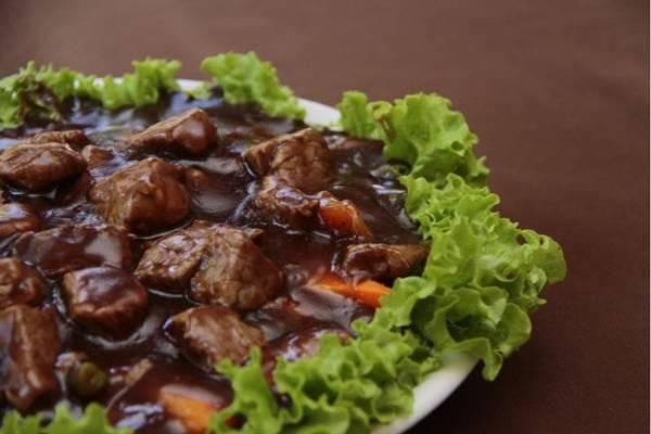 Com temperos fortes, o biefstik é um prato servido em datas festivas na Indonésia (Ana Rayssa/Esp. CB/D.A Press)