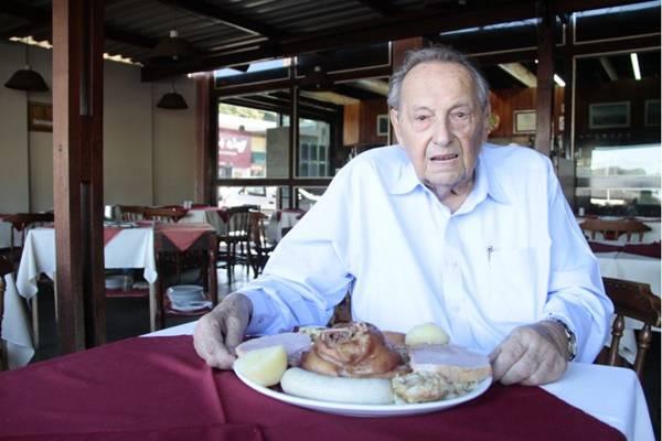 Para o proprietário da casa Fritz, o prato que serve três pessoas é uma boa para esta data  (Ana Rayssa/Esp. CB/D.A Press)