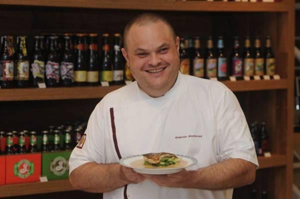 Uso de folhas na gastronomia além da salada. Emerson Mantovani ( chef ) com o peixe ao molho de café com alface. (Carlos Moura/CB/D.A Press)