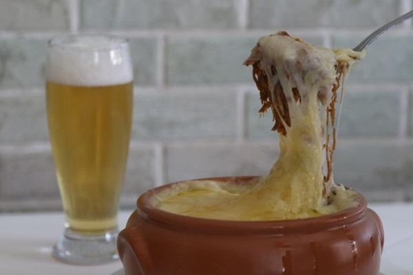 Escondidinho de carne seca com purê de mandioca mais cerveja pilsen: dupla certeira do Bar do Junior (Rodrigo Nunes/Esp. CB/D.A Press)