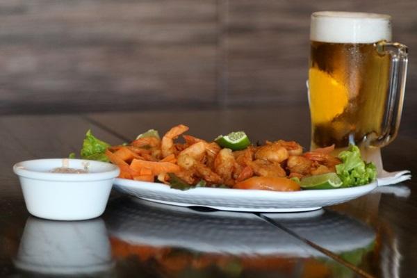 O camarão e o chope, servido na caneca congelada, são uma boa opção para quem vai apenas petiscar (Rodrigo Nunes/Esp. CB/D.A Press)