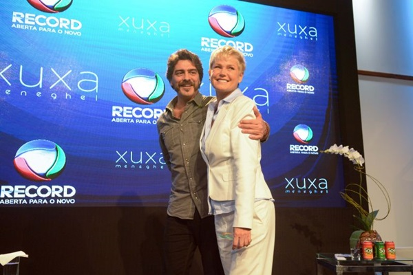 A apresentadora também levou o namorado, Junno, para a Record.  ( Divulgação Record)