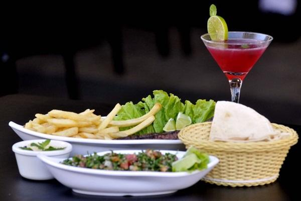 Drinques e espetinhos de kafta, fritas, pasta de grão-de-bico e salada tabule do Arak (Antônio Cunha/CB/D.A Press)