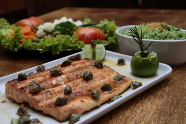 Apesar de sair mais durante o dia, o prato de salmão com molho de alcaparras pode ser pedido a qualquer hora na casa (Ana Rayssa/Esp. CB/D.A Press)
