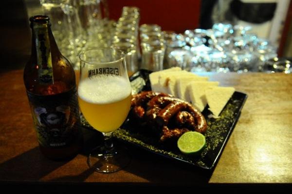 Cerveja da casa com linguiça recheada com provolone, do Fim da Linha Bar (Gilberto Alves/CB/D.A Press)
