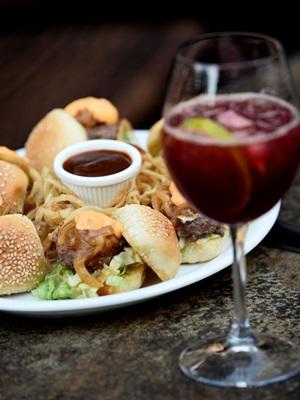Minihambúrguer de grãos e sangria, combo para dias quentes no Sí Señor! (Carlos Vieira/CB/D.A Press)
