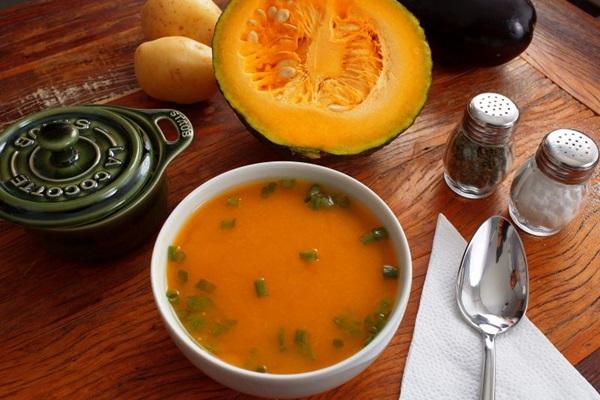 As sopas são temperadas com ervas e temperos, para incrementar o preparo (Sérgio Apolonio/Divulgação)