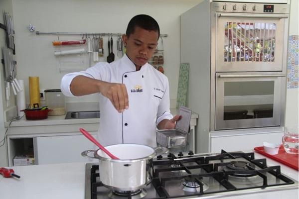 No ponto certo: Anderson Yotsumoto dá conselhos para a feitura de arroz (Ana Rayssa/Esp. CB/D.A Press)