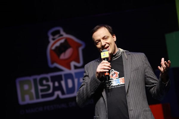 Humorista Paulo Bonfá em cena do festival Risadaria (Eduardo de Souza/Divulgação)