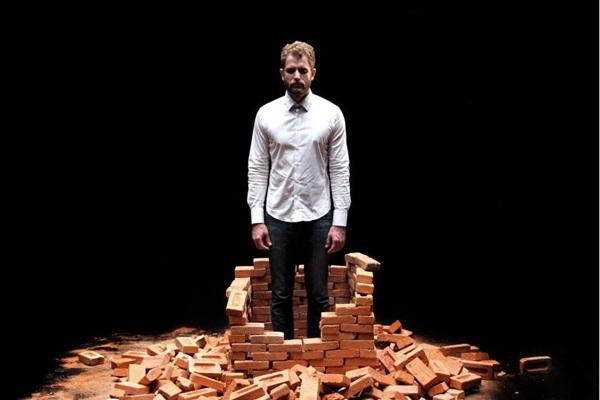A tragédia Hamlet ganha ares contemporâneos pelas mãos de Adriano e Fernando Guimarães (Ismael Monticelli/Divulgação)